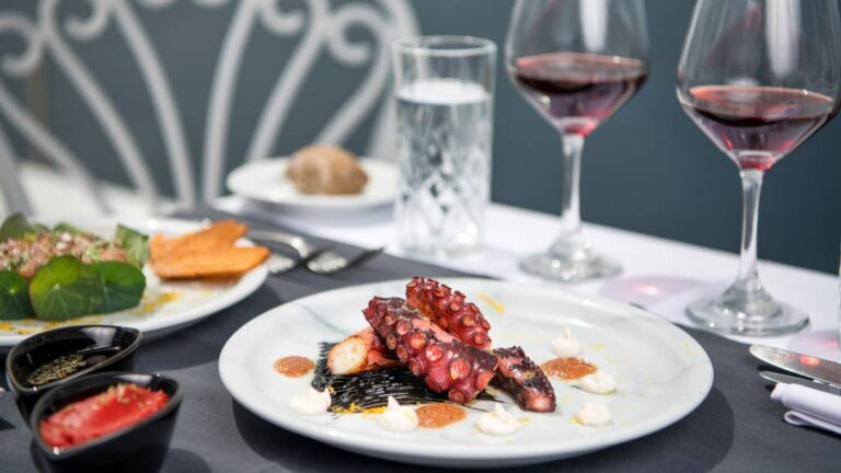 1f36d7d6c7e16da721b9e940902c9304.Dining-Athina-suites-Boutique-hotel-Santorini-4